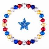 Nowy Rok, Bożenarodzeniowy wianek Kolorowe piłki z gwiazdą Odgórny widok Fotografia Royalty Free