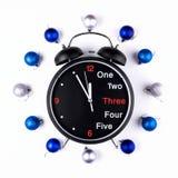 Nowy Rok, Bożenarodzeniowy wianek Kolorowe piłki z zegarem Odgórny widok Fotografia Royalty Free