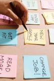 Nowy rok cele lub postanowienia - kolorowe kleiste notatki na Notep zdjęcia stock