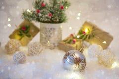 Nowy Rok dekoraci piłki na śnieżnym tle Zdjęcie Stock