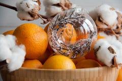 Nowy Rok dekoracja: pomarańczowe mandarynki, choinki zabawka i bawełna, obraz stock