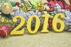 2016 nowy rok dekoracja z boże narodzenie ornamentem na złocistym backgro Fotografia Royalty Free