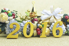 2016 nowy rok dekoracja z boże narodzenie ornamentem na złocistym backgro Fotografia Stock
