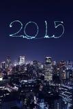 2015 nowy rok fajerwerki świętuje nad Tokio pejzażem miejskim Zdjęcie Stock