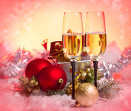 Nowy Rok i bożego narodzenia świętowanie. Dwa Szampańskiego szkła w Hol Zdjęcia Royalty Free