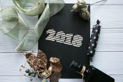 Nowy Rok i zima ustawiający na białym drewnianym tle z szczegółami, pasiastym 2018 czarnymi, naturalnymi i złocistymi, złotym i b Zdjęcia Royalty Free
