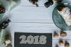 Nowy Rok i zima ustawiający na białym drewnianym tle z szczegółami, pasiastym 2018 czarnymi, naturalnymi i złocistymi, złotym i b Obraz Royalty Free