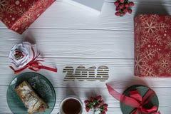 Nowy Rok i zima ustawiający na białym drewnianym tle z szczegółami, pasiastym 2018 czerwieni, zieleni i białych, złotym i białym Zdjęcia Royalty Free
