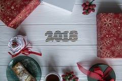 Nowy Rok i zima ustawiający na białym drewnianym tle z szczegółami, pasiastym 2018 czerwieni, zieleni i białych, złotym i białym Zdjęcia Stock
