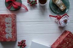 Nowy Rok i zima ustawiający na białym drewnianym tle z szczegółami, pasiastym 2018 czerwieni, zieleni i białych, złotym i białym Obrazy Royalty Free