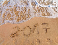 Nowy Rok 2017 jest nadchodzącym pojęciem pisać na piaskowatej plaży Zdjęcia Stock