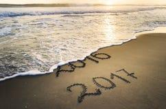 Nowy Rok 2017 jest Nadchodzącym pojęciem Szczęśliwy nowy rok 2017 zamienia 2016 na dennej plaży Zdjęcie Royalty Free