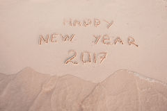 Nowy Rok 2017 jest Nadchodzącym pojęciem Szczęśliwy nowy rok 2017 zamienia 2016 pojęcie na dennej plaży Zdjęcie Stock