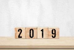 2019 nowy rok kartka z pozdrowieniami, drewniani sześciany z 2019 na drewnianym tabl Fotografia Royalty Free