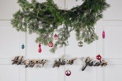 Nowy rok minimalne dekoracje na białej ścianie zdjęcie royalty free