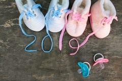 2019 nowy rok pisać koronki dziecka ` s pacyfikator i buty obraz stock