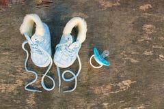 2019 nowy rok pisać koronki dziecka ` s pacyfikator na starym drewnianym tle i buty obrazy royalty free