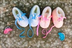 2019 nowy rok pisać koronki dziecka ` s pacyfikator na starym drewnianym tle i buty zdjęcie royalty free