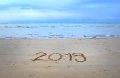 Nowy Rok 2019 pisać na plażowym piasku zdjęcia royalty free