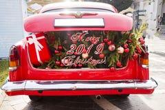 2019 nowy rok pojęć i boże narodzenia, rozpieczętowany czerwony samochodowy bagażnik wypełniający z płótnem zdosą pełno prezenty  zdjęcie stock