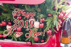 2019 nowy rok pojęć i boże narodzenia, rozpieczętowany czerwony samochodowy bagażnik wypełniający z płótnem zdosą pełno prezenty  obrazy royalty free