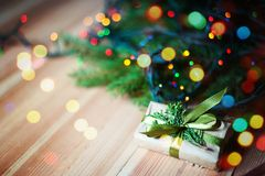 Nowy Rok prezenta blisko choinki Fotografia Stock