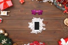 nowy rok, Smartphone na sfałszowanym śniegu odizolowywającym na stołowym odgórnym widoku w górę fotografia royalty free