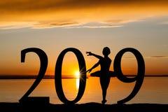 2019 nowy rok sylwetka Baletnicza dziewczyna przy Złotym zmierzchem Obrazy Royalty Free