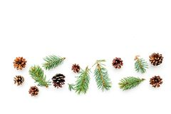 Nowy rok symboli/lów wzór Świerczyna rozgałęzia się i konusuje na białym tło odgórnego widoku copyspace Obraz Stock