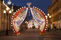 Nowy rok w Moskwa, Bożenarodzeniowe dekoracje, Arbat ulica przy nocą Zdjęcia Stock