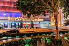 Nowy rok wakacyjne zewnętrzne dekoracje ozdabiają nocy miasta ulicę Gwiazdowym Światowym kasynem w Macao Nocy Macao pejzaż miejsk Zdjęcie Stock