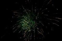 Nowy Rok wigilia fajerwerków, kilka rakiety wybucha colourfully z wiele iskrami w nocnym niebie obraz royalty free