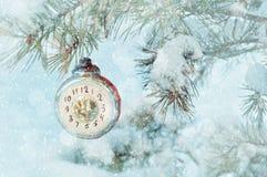 Nowy Rok wigilii tło - nowy rok szklani boże narodzenia bawją się w postaci zegaru pokazuje nowy rok wigilię na śnieżnym jedlinow Zdjęcia Royalty Free