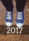 2017 nowy rok życzenia z nastolatkiem jest ubranym sneakers Fotografia Stock