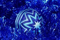 Nowy Rok zabawka, zmrok - błękitna piłka, boże narodzenia bawi się Zdjęcia Royalty Free