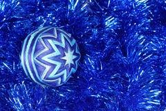 Nowy Rok zabawka, zmrok - błękitna piłka, boże narodzenia bawi się Obraz Stock