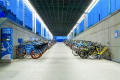 Nowy rowerowy parking z do wynajęcia rowerami Zdjęcia Royalty Free