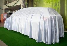 Nowy samochód chujący pod pokrywą przed premiera Obrazy Stock