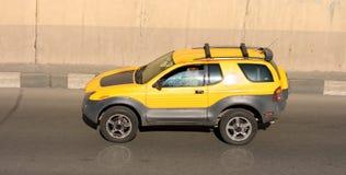 nowy samochód marki żółty zdjęcia royalty free