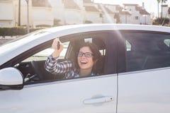 Nowy samochodu, zakupu i kierowcy pojęcie, - Atrakcyjna szczęśliwa kobieta pokazuje klucze od nowego samochodu zdjęcia stock