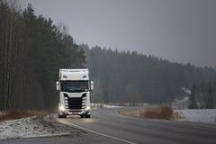Nowy Scania Przewozi samochodem Przez zimy mgły Fotografia Stock