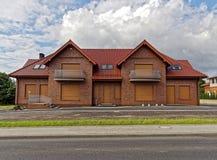 Nowy skończony duży czerwony ceglany dom zdjęcie stock
