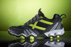 Nowy sporta but na zielonym tle Fotografia Stock