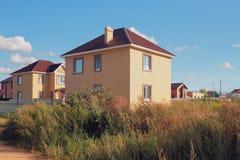 Nowy storeyed dom na wsi od cegły Fotografia Stock