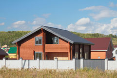 Nowy storeyed dom na wsi od kalibrującego baru (zaokrąglona bela) Zdjęcie Stock