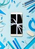 Nowy telefon i szkolne dostawy Zdjęcia Stock