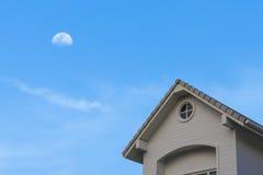 Nowy tradycyjny dwuokapowego dachu dom pod księżyc niebem Zdjęcia Royalty Free