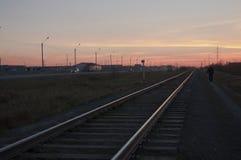 Nowy Urengoy, YaNAO, północ Rosja Wrzesień 30, 2017 Zmierzch i wschody słońca Linia kolejowa w lato wieczór iść daleki zmrok Fotografia Royalty Free