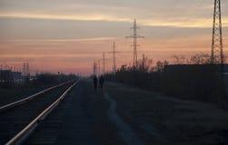 Nowy Urengoy, YaNAO, północ Rosja Wrzesień 30, 2017 Zmierzch i wschody słońca Linia kolejowa w lato wieczór iść daleki zmrok Zdjęcie Stock
