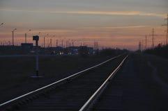 Nowy Urengoy, YaNAO, północ Rosja Wrzesień 30, 2017 Zmierzch i wschody słońca Linia kolejowa w lato wieczór iść daleki zmrok Zdjęcia Stock